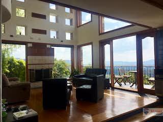Una sala de estar llena de muebles y una gran ventana en Casa en Venta Aposentos Sopó, Cundinamarca