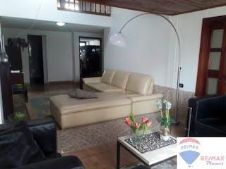 Una sala de estar llena de muebles y una televisión de pantalla plana en  Casa de 142m2 en La Floresta - con antejardín