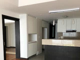 Una sala de estar con suelos de madera dura y un suelo de madera en Apartamento de 151m2 en Gratamira, Bogotá - con tres alcobas