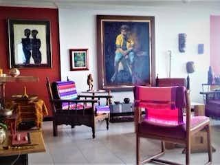 Una sala de estar llena de muebles y una pintura en Apartamento En Bogota Las Aguas con tres alcobas