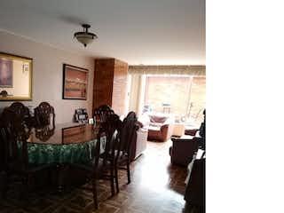Una sala de estar llena de muebles y una ventana en APARTAMENTO VENTA LISBOA Bogotá 131M2 500MM