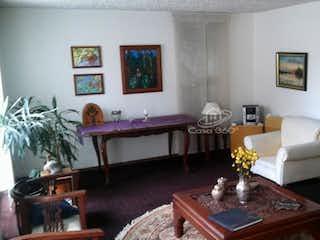 Una sala de estar llena de muebles y una mesa en Casa en venta en Pasadena, 420mt