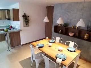 Una cocina con una mesa y una mesa en Aguas del Bosque