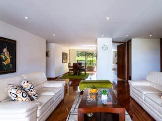 Una sala de estar llena de muebles y una televisión de pantalla plana en Apartamento en venta en Casa Blanca Suba de 169m² con Piscina...