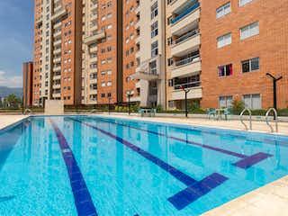 Una piscina azul con una piscina en Menta Apartamentos