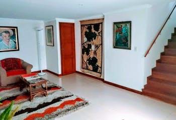 Casa en Caobos Salazar, Cedritos de cuatro niveles, sala con chimenea