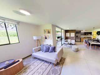 Una sala de estar llena de muebles y una mesa en Piamonte
