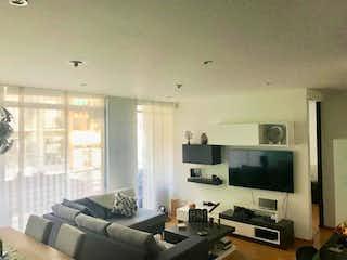 Una sala de estar llena de muebles y una televisión de pantalla plana en Apartamento en Santa Barbara Central, Santa Barbara con dos garajes