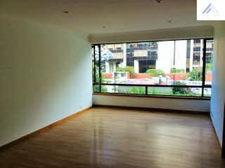 Una habitación con un gran ventanal y un gran ventanal en Apartamento en La Carolina, La Carolina - sala con chimenea