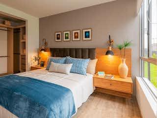 Una habitación de hotel con dos camas y una mesa en Hacienda Los Lagos