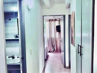 Un cuarto de baño con lavabo de ducha y espejo en Apartamento en Villa Nueva de la Ayura, Envigado