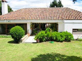 Una casa que tiene un árbol en ella en Casa En Venta En Bogota Santa Ana