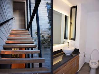 Un baño con dos lavabos y dos espejos en Teya 426