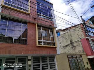 Un edificio con un reloj en el costado en Casa en Venta BILBAO
