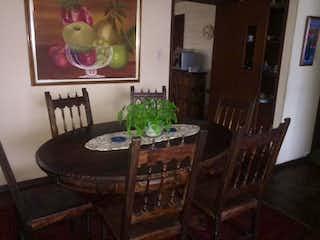 Un comedor con una mesa y sillas en Casa en Pasadena, Suba - de dos niveles, con dos garajes
