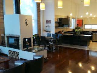 Una sala de estar llena de muebles y una televisión de pantalla plana en Casa Campestre en Chia, Yerbabuena - 250mt, tres alcobas, terraza