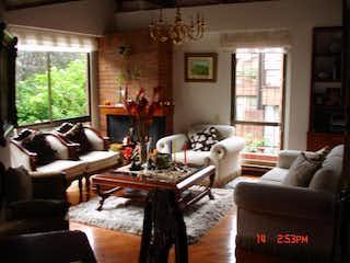 Una sala de estar llena de muebles y una gran ventana en Casa en Bosque De Pinos, Usaquén - Tres alcobas