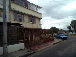 Un coche está estacionado en el lado de la carretera en Casa en Santa Isabel, Puente Aranda - Siete alcobas