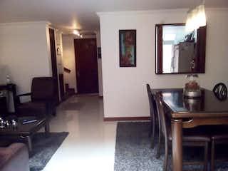 Una sala de estar llena de muebles y una mesa en Casa