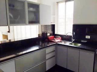 Una cocina con lavabo y microondas en Conjunto