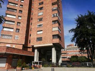 Un edificio de ladrillo alto con un edificio grande en el fondo en Apartamento en Venta ACEVEDO TEJADA