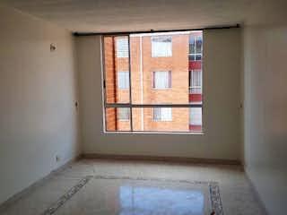 Una ventana que está en la esquina de una habitación en Conjunto