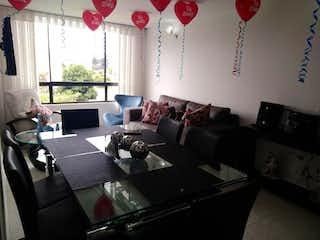 Una sala de estar llena de muebles y una ventana en Apartamento en Kennedy, Castilla con 3 habitaciones.
