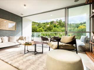 Una sala de estar llena de muebles y una gran ventana en Mandala