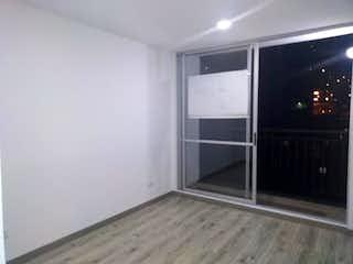 Un refrigerador congelador blanco sentado dentro de una cocina en Edificio