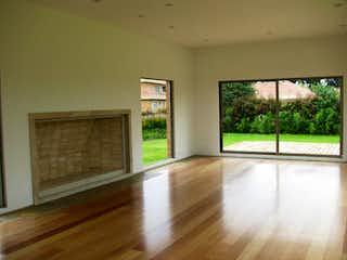 Una sala de estar llena de muebles y un suelo de madera en Casa en Condominio Los Arrayanes, Los Arrayanes - tres alcobas