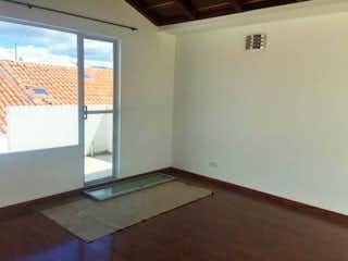Un baño que tiene una ventana en él en Conjunto Las Acacias Club House