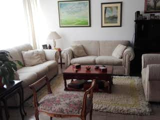 Una sala de estar llena de muebles y un sofá en Casa En Venta En Bogota Niza Antigua