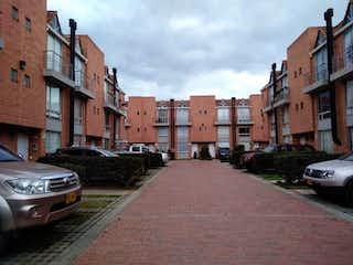Una calle de la ciudad llena de muchos edificios altos en Conjunto