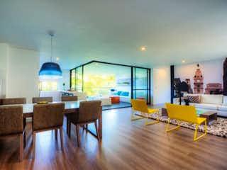 Una sala de estar llena de muebles y una mesa en Vista Apartamirador