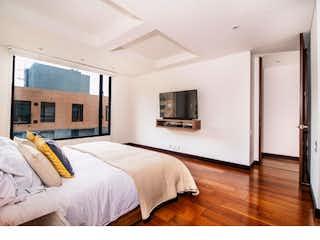 Una habitación de hotel con dos camas y un televisor en Penthouse en Bella Suiza, Usaquen - Dos alcobas