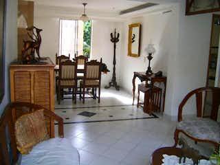 Un dormitorio con una cama y una mesa en Apartamento En Venta En Medellin La Frontera