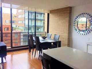 Una habitación muy bonita con una gran ventana en Apartamento en Rosales, Chapinero - Dos alcobas