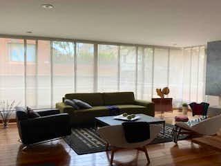 Una sala de estar llena de muebles y una televisión de pantalla plana en Apartamento en Chico Reservado, Usaquen - Dos cuartos