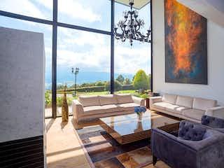 Una sala de estar llena de muebles y una ventana en Casa en Conjunto Yerbabonita, Chia - Cinco alcobas