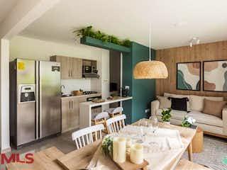 Una cocina con nevera y fregadero en Olivar