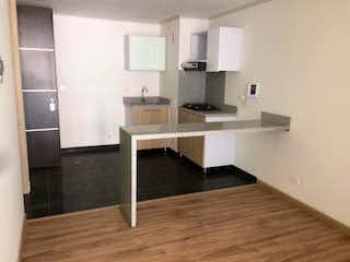 Una cocina con un mostrador, un fregadero y un refrigerador en Apartamento en La Macarena, Bogota - Una alcoba