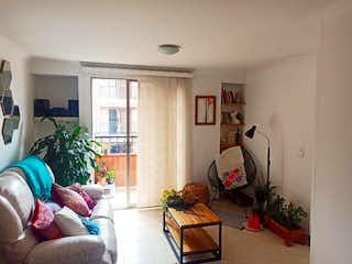 Una sala de estar llena de muebles y una planta en maceta en Apartamento en La Magnolia, Envigado