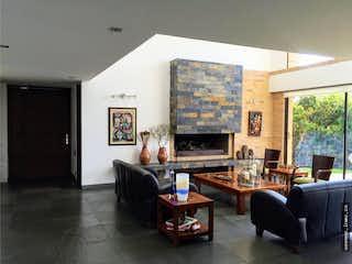 Una sala de estar llena de muebles y una televisión de pantalla plana en Casa en Chia-Bogota, Con 4 habitaciones-13500mt2