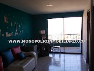 Una sala de estar llena de muebles y una ventana en Apartamento en Berlin, Aranjuez - Cinco alcobas