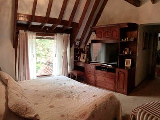 Una habitación de hotel con una cama y televisión en Casa En Bogota  suba - 191 mts, 6 parqueaderos, 3 habitaciones.