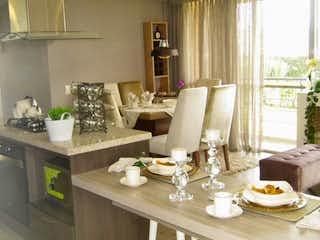 Una sala de estar con una mesa y sillas en Edificio Los Cerros