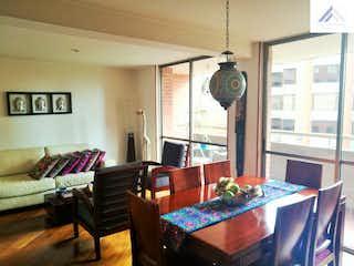 Una sala de estar llena de muebles y una gran ventana en Apartamento de 106m2 en Gratamira, Suba - con terraza de 8m2
