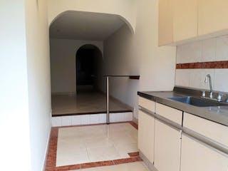 Un cuarto de baño con lavabo y un espejo en Casa En Bogota - La Esperanza, con dos niveles.