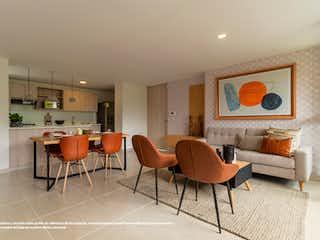 Una sala de estar llena de muebles y una chimenea en Aventura (Castillo Grande)