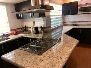 Una cocina con una estufa y un fregadero en Casa en venta en San Jerónimo Lídice de 309mt2